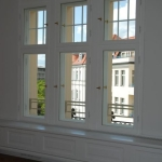 okna skrzynkowe z mosiężnymi klamki