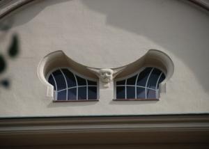 okna krosnowe w kształcie nietoperza