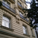 elewacja z oknami skrzynkowymi