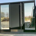 zewnętrzne drzwi drewniane z dwoma bocznymi naświetlami widok od zewnątrz